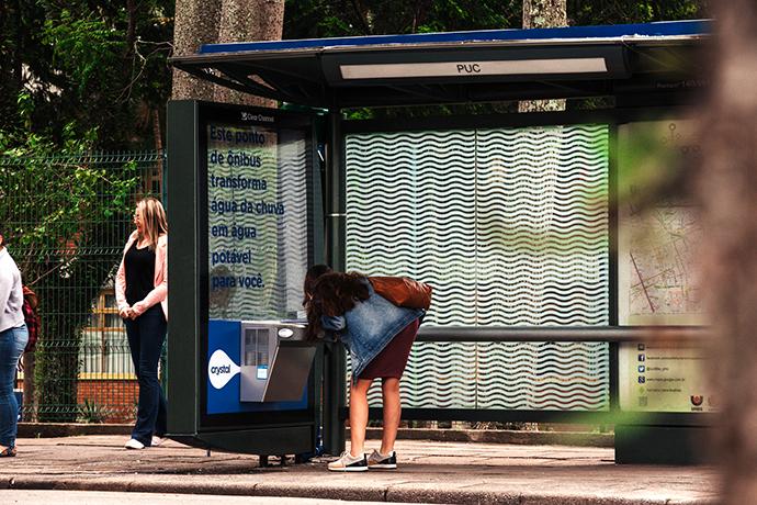 Abrigo de ônibus purifica água da chuva em campanha da Água Crystal em  Curitiba 0229f5796b7d